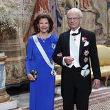 Gastgeber war natürlich das Königspaar. König Carl Gustafund Königin Sylvia öffneten die Türen ihres Schlosses in Stockholm für die Preisträger. Sylvia strahlt in – wie passend – einem royalblauenKleid.