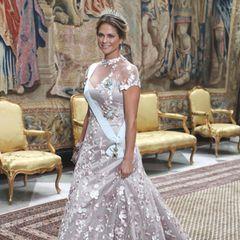 Prinzessin Madeleine kam zwar ohne Begleitung dafür aber in besticktem Kleid und mit unwiderstehlichem Glow.