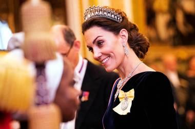 """Herzogin Catherine trägt zum Empfang des diplomatischen Corps im Buckingham Palast wie im letzten Jahr auch schon ihrLieblings-Diadem. Die """"Cambridge Lover's Knot Tiara"""" war eines der bevorzugten Schmuckstücke von Prinzessin Diana. Um den Hals trägt die Herzogin das prunkvolle """"Nizam von Hyderabad""""-Collier, das Queen Elizabeth zur Hochzeit geschenkt bekam. Die Diamant-Ohrringe runden den glamourösen Auftritt von Catherineab."""