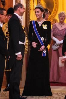 Die dunkle Farbe des Kleides lenkt die Aufmerksamkeit auf den königlichen Orden, der anHerzogin Catherines linker Schulterbefestigt ist. Diese Auszeichnung, ein gelbes Abzeichenund eine Brosche mit demPorträt von Queen Elizabeth, wurdeder Ehefrau von Prinz Williamvon der Königin persönlich verliehen. Es ist eine besondere Auszeichnung, auf die die Britin lange warten musste.Frauen der royalen Familie dürfen es als Zeichen für ihre royale Arbeit tragen.