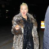 Ist Christina Aguilera hier etwa auf dem Weg zu einer Bad Taste Party? Anders können wir uns dieses wilde Outfit nämlich nicht erklären. Ihr Lack-Overall ist in Kombination mit diesem wuscheligen Mantel im Wildkatzen-Look ein bisschen zu viel des Guten, finden Sie nicht?