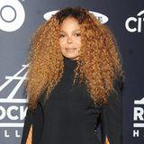 Wenn das Outfit noch schlimmer als die Frisur ist: Janet Jackson trägt bei der jährlichen Gala zur Einführung in die Rock' & Roll Hall of Fame ein unmögliches Cape-Kleid mit Federn. Lediglich die Diana-Ross-Gedenkfrisur geht für diesen Anlass noch durch.