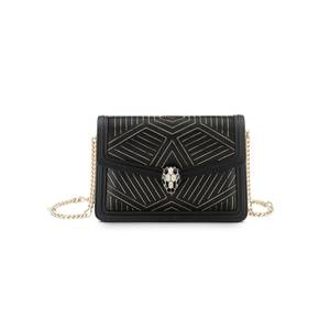"""Diese kleine Schwarze ist etwas ganz Besonderes: Die """"Serpenti Diamond Blast"""" Crossbody-Mikrotasche von Bulgari kommt in einem schwarzen, glatten Kalbsleder mit einem """"Whispy Chain""""-Motiv in hellem Gold daher. Ein eleganter Hingucker, der sich ganz wunderbar kombinieren lässt. Der ikonische Schlangenkopf-Verschluss darf natürlich auch nicht fehlen und verleiht der Tasche das gewisse Etwas. Ca. 1.980 Euro."""