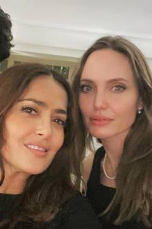 """Guten Freunden schenkt man ein Selfie! In diesem Fall freut sich Salma Hayek über ein seltenes Foto mit Angelina Jolie und Comedian Kumail Nanjiani. Die drei spielen gemeinsam in dem kommenden Marvel-Film """"The Eternals""""."""