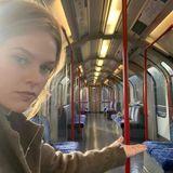 """Hier stimmt doch was nicht! Ist etwa nichts los in London?! Alice Eve postet ein Bild eines am 11. Dezember völlig leeren Bahnwaggons. In der wuseligen Millionenstadt ist soeine """"Geisterbahn"""" quasi ein Ding der Unmöglichkeit."""