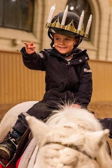 13. Dezember 2019  Prinz Oscar hat mit dem Licht bringen und Pony reiten fast noch mehr Freude als seine Schwester.
