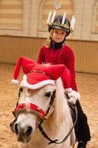 13. Dezember 2019  Schweden feiert heute dasLuciafest, und Prinzessin Estelle bringt ihr Licht mit der traditionellen Lichterkrone auf dem Kopf per Pony.