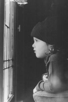 Jennifer Aniston  Hätten Sie sie erkannt? Mit Mütze saß die kleine Jen damals am Fenster und wartete auf Schnee. Im kalifornischen Winter war das allerdings eher unwahrscheinlich.