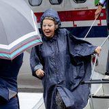 """Ganz nach dem Motto """"Es gibt kein schlechtes Wetter, sondern nur falsche Kleidung"""" lacht Prinzessin Beatrix den karibischen Regen bei ihrer Ankunft auf der Insel Saba einfach ganz herzlich weg."""