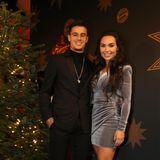Philippe Coutinho trägt schwarzen Anzug und auffällige Kette, passend zum silbrig-samtigen Kleid von EhefrauAinê Coutinho.