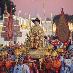 12. Dezember 2019  Auch wenn die eigentliche Krönung von König Maha Vajiralongkorn schon im Mai stattgefunden hat, ist diekönigliche Barkenprozession noch Teil der Feierlichkeiten. Der thailändische Monarch wurde hierfürin einer prunkvollen Parade auf einer Sänfte durch Bangkok getragen.