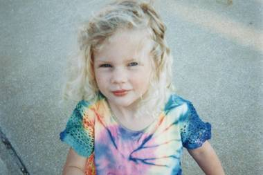 """Taylor Swift  Sie kann selbst kaum glauben, dass sie heute schon ihren 30. Geburtstag feiert und so postet Taylor Swift auf Instagram dieses niedliche Kinderfoto von sich mit den Worten: """"Wer wird ihr sagen, dass sie jetzt 30 ist""""."""