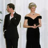 Das Victor Edelstein Kleid trug Diana nicht nur im Weißen Haus, sondern auch bei ihrem Besuch in Bonn 1987. Ähnlich wie Herzogin Kate kombiniert sie beim Staatsbesuch das edle Kleid zum Diadem und Kette. Die Farbgebung, das Material und die dezente A-Linie teilen beide Roben, allein in der Wahl der Ärmel zeigt sich der Style-Unterschied zwischen Kate und Diana.