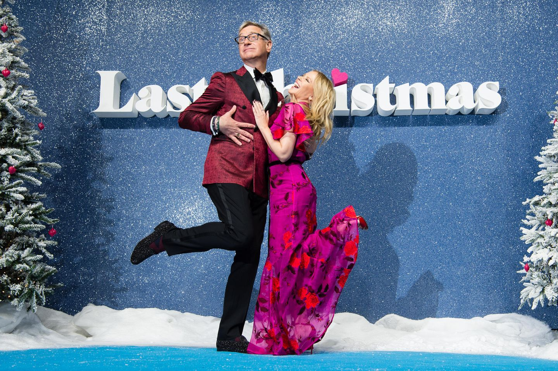 """Paul Feig und Kylie Minogue stimmen sich mit dem Besuch der Premiere des Weihnachtsfilms """"Last Christmas"""" in London auf die Festtage ein."""