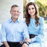 1. Juli 2019  1993 heiratete König Abdullah II seine schöne Königin Rania. Auf dem offiziellen Bild zum Hochzeitstag sieht man, wie glücklich die beiden auch nach 26 Jahren Ehe noch sind.