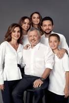 Dezember 2019  Royale Feiertagsgrüße aus Jordanien: Auch in diesem Jahr haben sich Königin Rania und König Abdullah II mit ihren vier Kindern Iman, Salma, Al Hussein und Hashem für ein Fotoshooting zusammengefunden. Das Styling für das offizielle Festtagsporträt ist in diesem Jahr ganz neutral in Weiß.