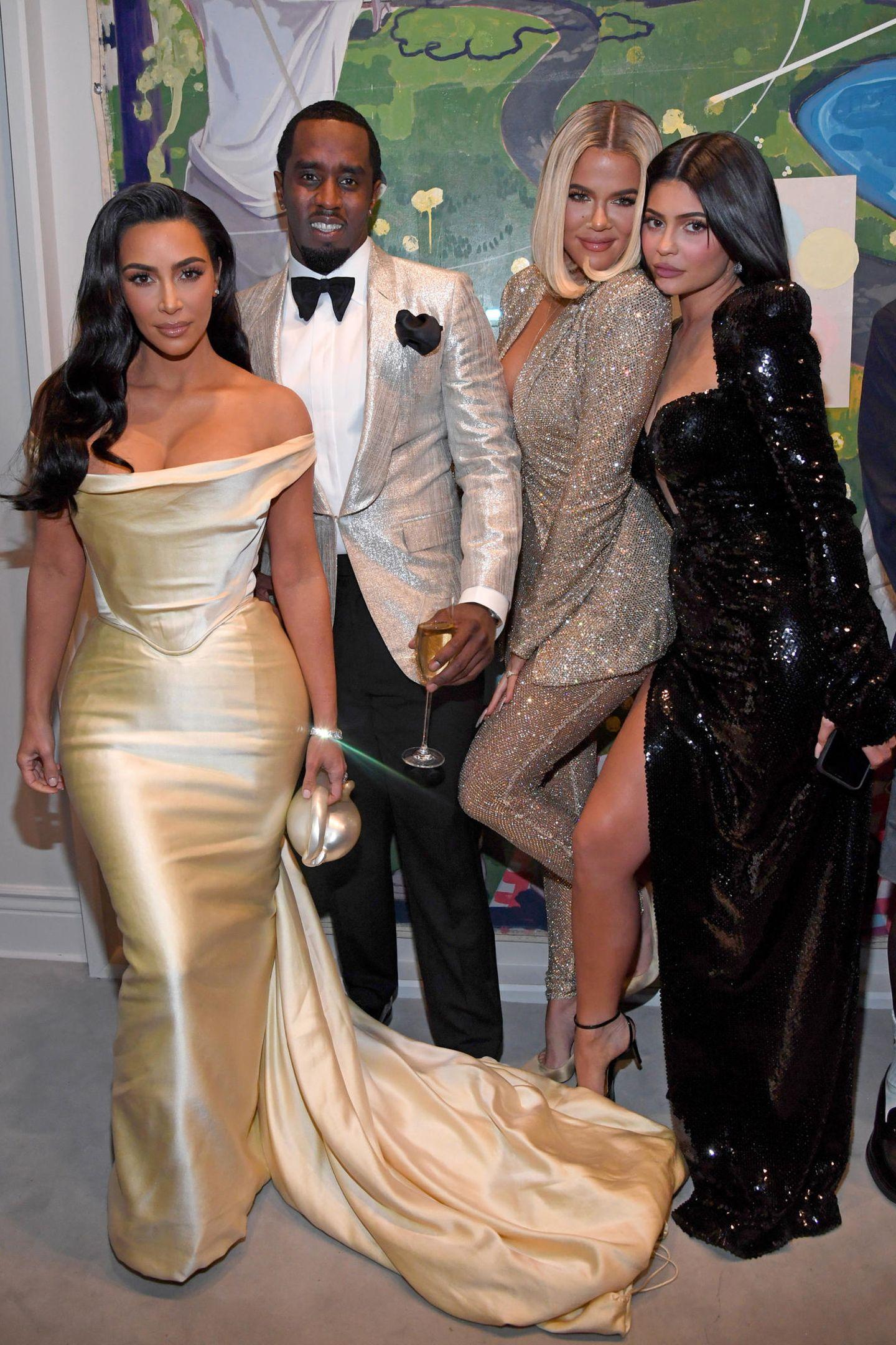 Zu den hochkarätigen Promi-Gästen von P. Diddy zählten natürlich auch Kim und KhloéKardashian, die mit ihrer kleinen Schwester Kylie Jenner für ein Bild posierten. Oftmals lag Kim Kardashianmit ihren auffälligen Outfits in der Kritik, am Wochenende sorgte sie aber für einen absoluten Wow-Moment. Bei ihrem golden schimmernden Kleid handelt es sich um ein Vintage-Kleid derVivienne WestwoodBraut-Kleider-Linie von 1999, dass sie elegant zur Hollywood-Welle mit Seitenscheitel kombinierte.