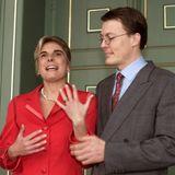 16. Dezember 2000  20 Jahre ist es schon her, dass Laurentien Brinkhorst an der Seite ihres zukünftigen Ehemann Prinz Constantijn der Niederlande den Verlobungsring präsentiert. Die ehemalige Kommunikationsberaterinheiratete den jüngsten Bruder von König Willem-Alexander im Mai 2001.