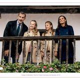 """13.Dezember 2019  Feliz Navidad! Für ihre diesjährige Weihnachtskarte hat sich die spanische Königsfamilie ein älteres Fotomotiv aus dem Oktober ausgesucht. Die vier Royal hattenim Herbst das """"beste asturische Dorf"""" Asiegu besucht."""
