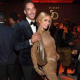 Paris Hilton im goldenen Kleid
