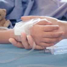 Junge an Schläuchen im Krankenhaus