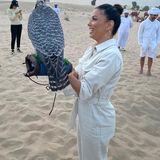 Tierfreunde: Angst? Von wegen! Eva Longoria hat gut Lachen – und das mit einem riesigen Raubvogel auf der Hand. In der Wüste von Dubai darf die Schauspielerin dieses einzigartige Erlebnis machen. Und das scheint ihr eine Menge Spaß zu bereiten.