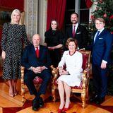 Weihnachten bei den Royals: 16. Dezember 2019 Die norwegischen Royals schicken weihnachtliche Grüße. Sowohl das Königspaar Harald und Sonja  als auch Prinzessin Mette-Marit und Prinz Haakon mit ihren Kindern Prinzessin Ingrid-Alexandra und Sverre Magnus haben sich in eleganten Zwirn gekleidet, posieren in der Roten Lounge des Schlosses von Oslo.