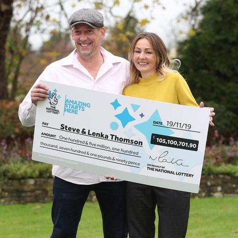 Steve und Lenka Thomson aus England haben umgerechnet 123 Millionen Euro im Lotto gewonnen.