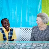 13. Dezember 2019  Fröhlichunterhält sich Prinzessin Beatrix der Niederlande beim Besuch der Organisation STENAPA auf der karibischen Insel Sint Eustatius.