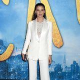 Supermodel Sara Sampaio kombiniert zum hochgradig eleganten, weißen Hosenanzug ein funkelndes Paillettentop und Sleek Hair.