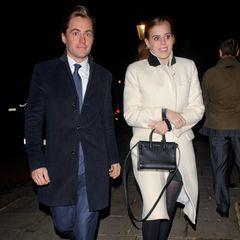 Für die Feierei unter den Reichen und Schönen trägt Prinzessin Beatrice das passende Outfit: Sie wählt einen hellen Mantel aus der Feder von Designerin Misha Nonoo (Preis rund 750 Euro) und hält eine schwarze Tasche von Saint Laurent (Preis rund 1.200 Euro)in der Hand.