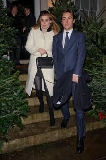 Mit leicht starrem Blick und auf wackeligen Beinen verlassen Prinzessin Beatrice und ihr Verlobter Edoardo die Weihnachtsfeier vonEvgeny Lebedev, einem russisch-britischen Medien-Tycoon. Hand in Hand bahnen sich die beiden zu später Stunde den Weg zwischen den Tannenbäumen zum Auto.