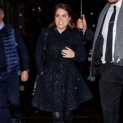 Auch Beatrices Schwester Prinzessin Eugenie ist mit von der Partie: Während die negativen Schlagzeilen um ihren Vater, Prinz Andrew, die Presse dominieren, scheinen sich die beiden Prinzessinnen gut amüsiert zu haben.