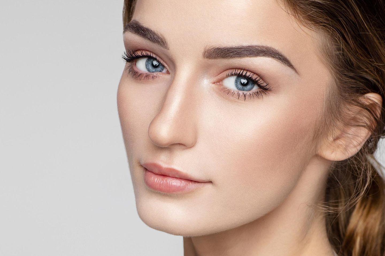 Frau mit vollen Augenbrauen