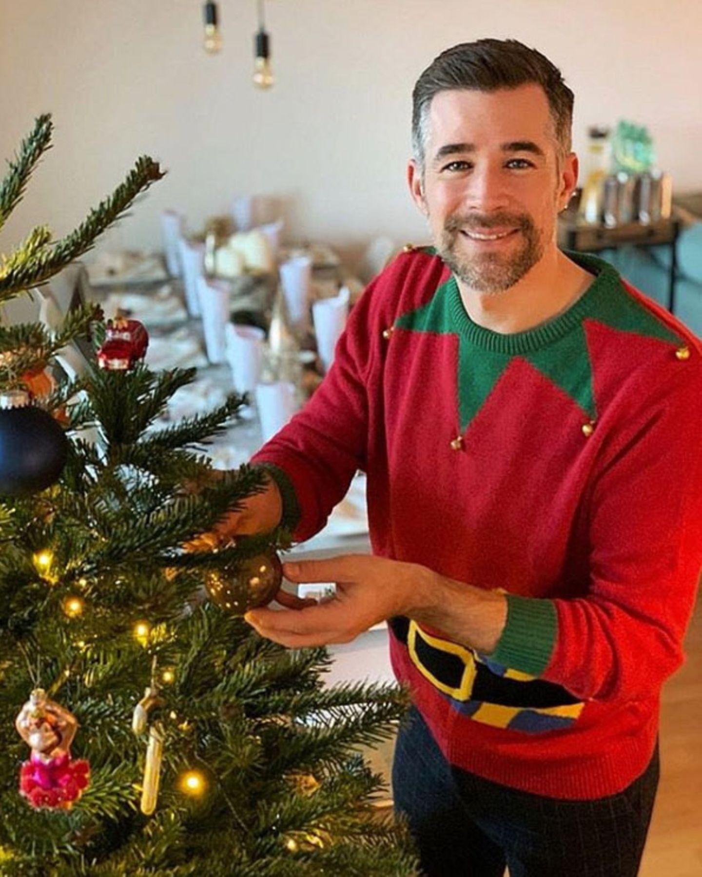 Der Tisch gedeckt, der Baum geschmückt: Im passenden Elfen-Mann-Outfit erwartet Schauspieler Jo Weil seine Gäste zum weihnachtlichen Dinner.