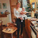 Mmmh... in der Weihnachtsbäckerei im HauseHönscheid-Kusmagk duftet es schon nach Zimtsternen. Mit vollem Einsatz rollt der kleine Emil-Ocean den Teig aus, während Mama Janni diefröhlicheYoko auf dem Arm durch die Küche balanciert.