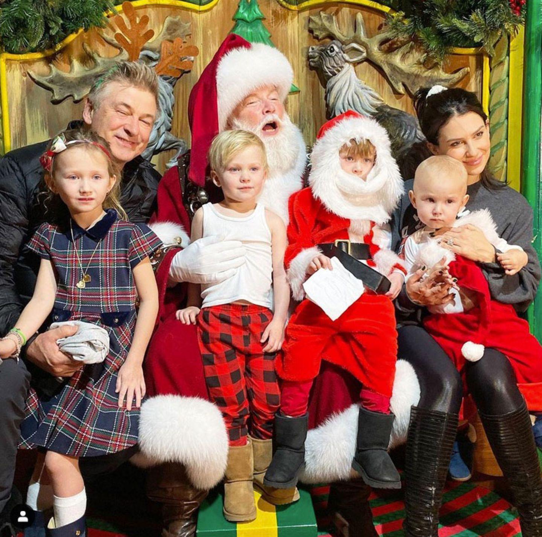 Ho-ho-ho! Da guckt derWeihnachtsmann im New Yorker Kaufhaus Macy's nicht schlecht, als Alec und Hilaria Baldwin mitsamt ihrer vier Kinder auf seinem Schoß Platz nehmen. Mama Hilaria, die diesen weihnachtlichen Schnappschuss auf Instagram teilt, freut sich, dass alle Kids nett in die Kamera schauen - und dann kniept Papa die Augen zu. Mensch, Alec!