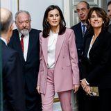 Ihr Mut zur Farbe wird belohnt: Königin Letizia kombiniert zum rosafarbenen Hosenanzug von Hugo Boss eine schlichte, weiße Bluse und offenes Haar.
