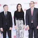 Eingerahmt zwischen Anzugträgern beweist Königin Letizia von Spanien im Snake-Skin-Rock von Zara modisches Feingefühl. Ihr Look ist alles andere als langweilig, aber dennoch elegant und zurückhaltend.