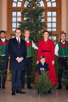 18. Dezember 2019  Stolz begleitet Prinz Oscar seine Eltern Prinz Daniel und Prinzessin Victoria zurdiesjährigen Übergabe der Weihnachtsbäume im königlichen Palast in Stockholm, wo er von den Studenten der Forstwirtschaftsakademie einen kleinen Weihnachtsbaum erhält.