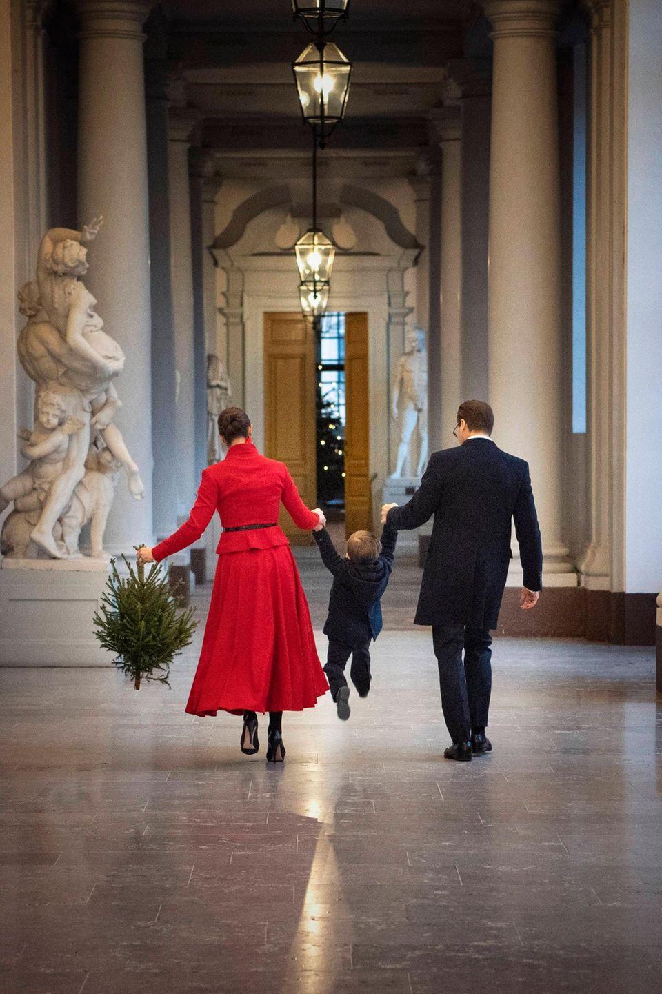 18. Dezember 2019  Mit Schwung und Bäumchen im Schlepptau geht es für Oscar anschließend an der Hand von Mama und Papa zurück durch den Palast. Weihnachten kann kommen!