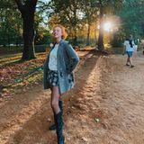 Über Tag zeigt sich Anna Ermakova gerne natürlich, mitwenig Schminke und einer lässigen Kleid-Pullover-Kombination mit schwarzen Stiefeln.
