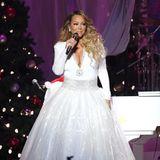 2019  Wie ein Weihnachtsengel schwebt Mariah Carey im weißen, tief dekolletierten Abendkleid über die Bühne ihres Weihnachtskonzertes.