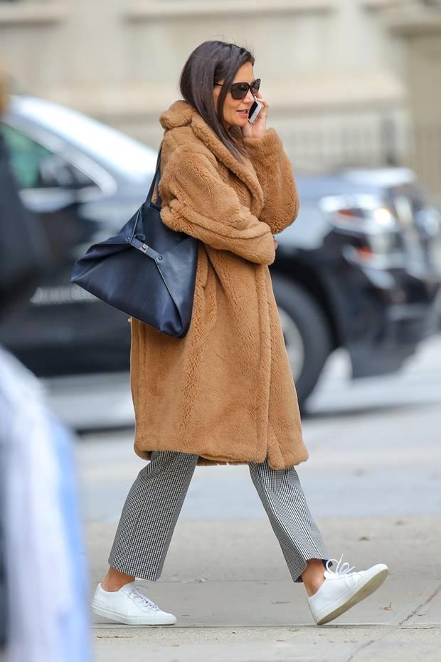 Das It-Piece des Winters ist eindeutig der kuschelig weiche Winter-Teddy von Max Mara. DerOversize-Mantel aus Wolle und Seidemit Reverskragen, überschnittenen Schulternund seitlichen Paspeltaschen gibt nicht nur unglaublich warm, sondern sieht auch noch top stylisch aus. Kein Wunder, das Katie Holmes nicht genug bekommt von ihrem Luxus-Mantel.