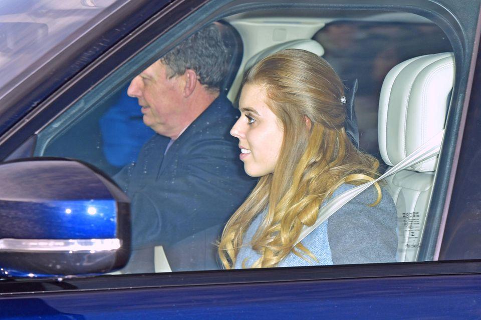 Prinzessin Beatrice fährt nicht selbst zum Buckingham Palast, sondern wird von einem Mitarbeiter kutschiert.