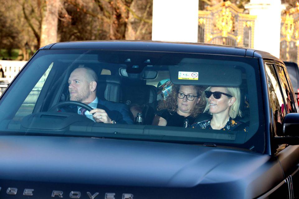 Zara und Mike Tindall fahren ebenfalls zum Lunch der Queen. In ihrem Geländewagen findennicht nur das Paar und die gemeinsamen Töchter, sondern auch eine Nanny Platz.