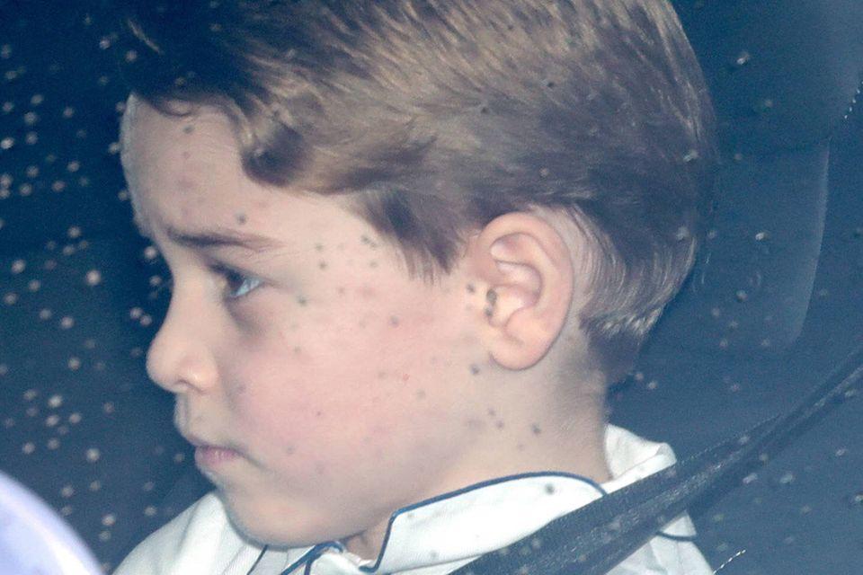 Ob Prinz George auf das Essen bei der Uroma nicht so richtig viel Lust hat? Der Sechsjährige sieht etwas gelangweilt aus.