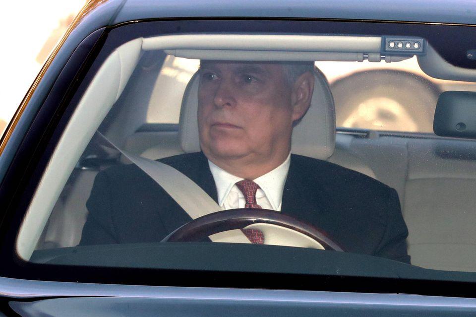 Stur geradeaus schauen: Prinz Andrew hält den Blick fest auf die Straße gerichtet während er durch die Straßen Londons fährt.