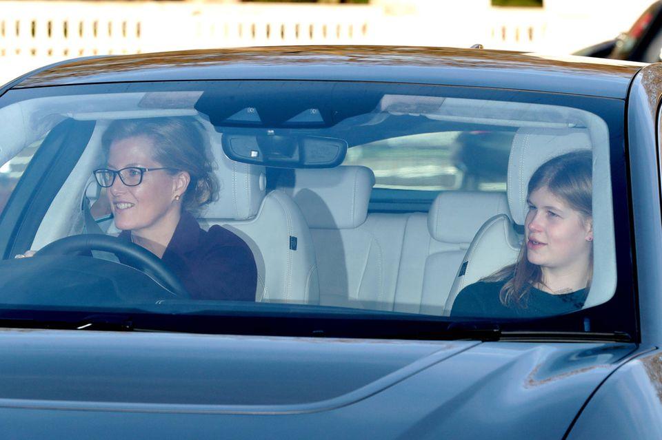 Sophie von Wessex und ihre Tochter Lady Louise Windsor kommen zusammen zum Lunch - und scheinen sich während der Fahrt bestens zu unterhalten.