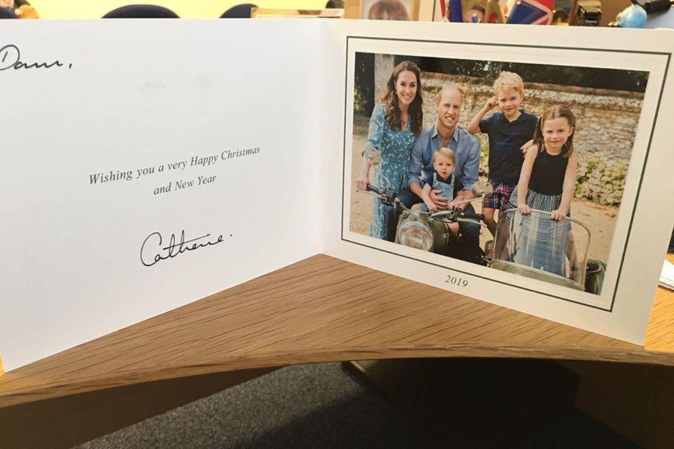 Herzogin Catherine, Prinz William, Prinz Louis, Prinz George und Prinzessin Charlotte grüßen mit diesem Foto von der Weihnachtskarte 2019.